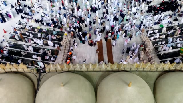 stockvideo's en b-roll-footage met pilgrims gathering and worshiping in kabah for umrah - bedevaart