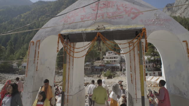 w/s crane in pilgrims in gangotri (source of the ganges river) - pilgrim stock videos & royalty-free footage