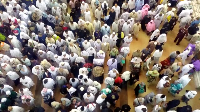 stockvideo's en b-roll-footage met pilgrims moving out after prayer time in side the al haram mosque - bedevaart