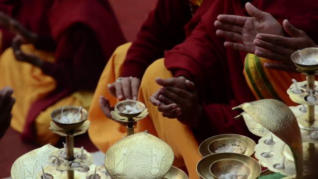 vídeos de stock, filmes e b-roll de ms tu pilgrims praying at ganges river / rishikesh, uttarakhand, india - rishikesh
