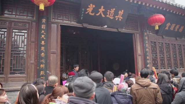 ms pilgrims praying for good luck during chinese lunar new year at taoist temple / xi'an, shaanxi, china - chinesisches laternenfest stock-videos und b-roll-filmmaterial