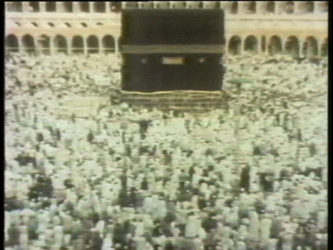 pilgrims visit the sacred site of the kaaba at the grand mosque in mecca saudi arabia - religion or spirituality bildbanksvideor och videomaterial från bakom kulisserna