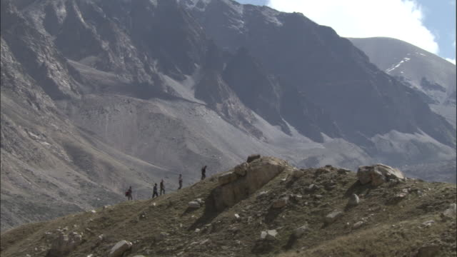 stockvideo's en b-roll-footage met pilgrims walk along ridge, tapovan, india available in hd. - bedevaart