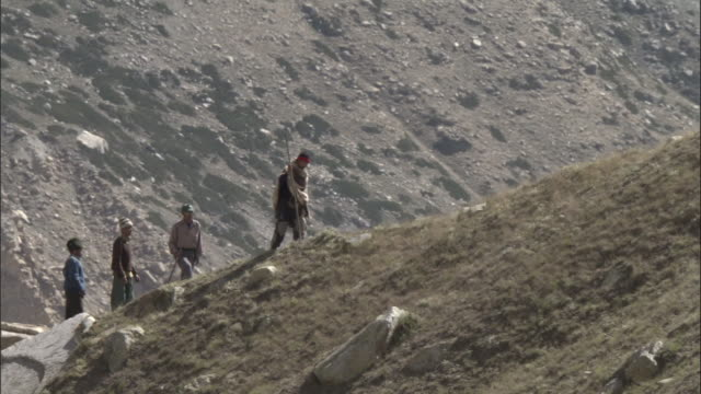 stockvideo's en b-roll-footage met pilgrims walk up hill, tapovan, india available in hd. - bedevaart