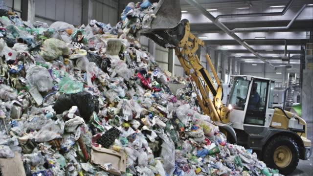 cs piling アップし、プラスチックゴミをリサイクル施設 - ゴミ収集車点の映像素材/bロール