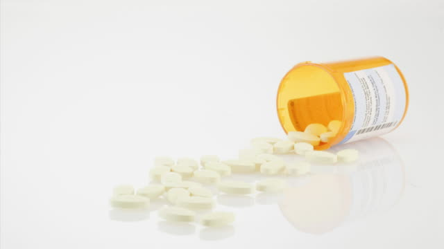 vídeos y material grabado en eventos de stock de pill bottle with disappearing tablets on white background - modo de vida no saludable