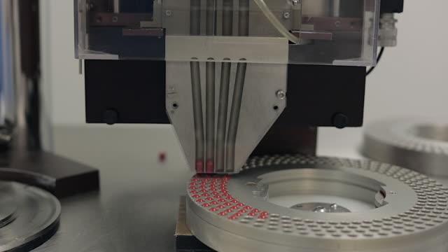 vídeos y material grabado en eventos de stock de pill encapsulation machine - dispensing the pills - llenar