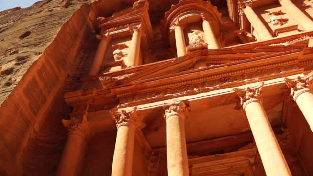 pillars support the treasury, which was carved from the mountain at petra. - frontgiebel stock-videos und b-roll-filmmaterial