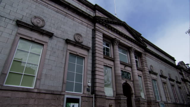 vidéos et rushes de pillasters flank the entrance of the aberdeen art gallery. available in hd. - fronton
