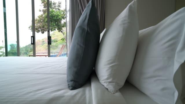 kissen auf bettendekoration im schlafzimmer - bettbezug stock-videos und b-roll-filmmaterial