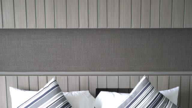 Kissen auf Bettendekoration im Schlafzimmer