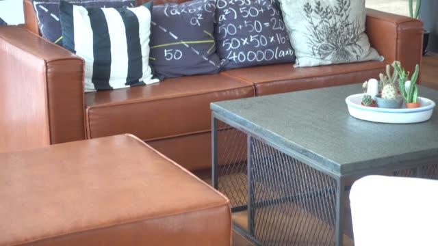 Dekoration Kissen auf Sofa im Wohnzimmer Innenansicht