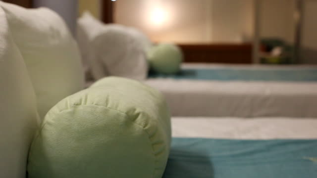 cu pillows on hotel room beds / wickenburg, arizona,usa  - kopfkissen stock-videos und b-roll-filmmaterial