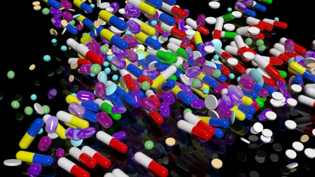 vídeos de stock e filmes b-roll de pills faling down - vitamina a
