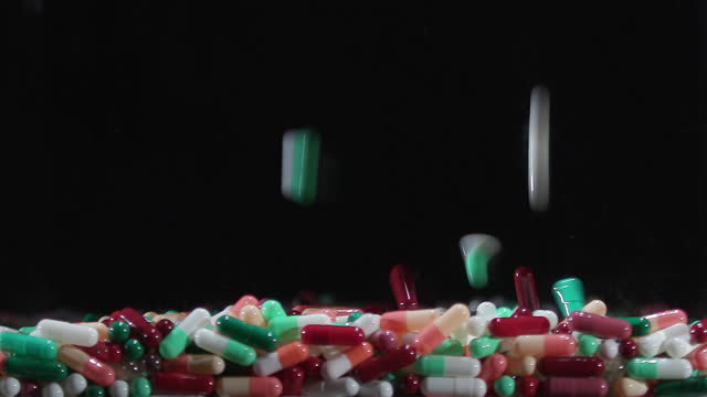 vidéos et rushes de pills falling down and stacking up - manque