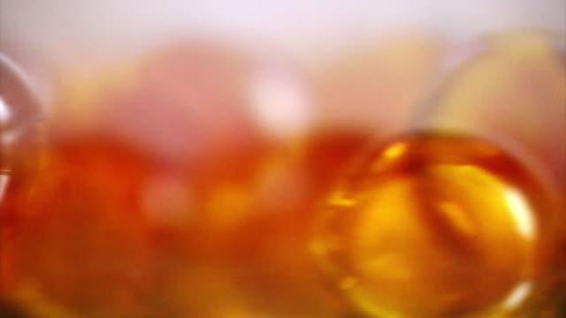 vídeos de stock e filmes b-roll de comprimido - vitamina a