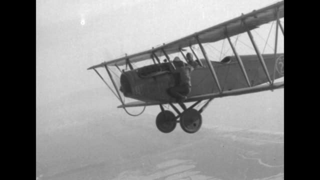 vidéos et rushes de pilot art goebel and ivan unger shake hands and the latter climbs on top of a biplane's wing that then takes off / pov aerial the stuntman lowers... - exploit sportif