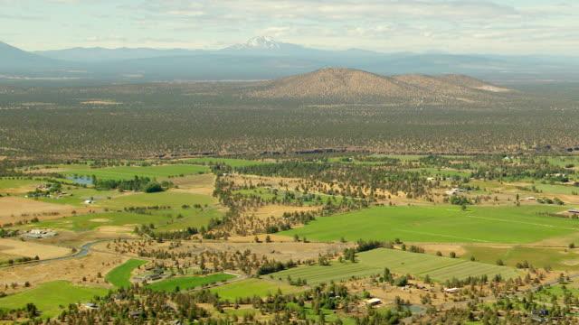 ws aerial pilot butte with cascade mountains / bend, oregon, united states - nationalpark bildbanksvideor och videomaterial från bakom kulisserna