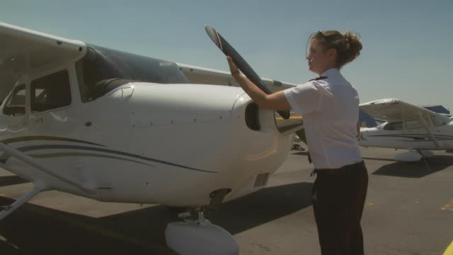 pilot checking aircraft propellor, australia - tre quarti video stock e b–roll