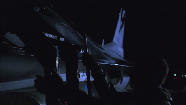 vídeos de stock e filmes b-roll de cu, tu, pilot climbing ladder into fighter jet at night, usa - força aérea