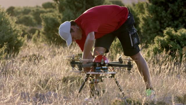 SLO-MO-Pilot anschließen Kabel auf Drone im Sonnenschein