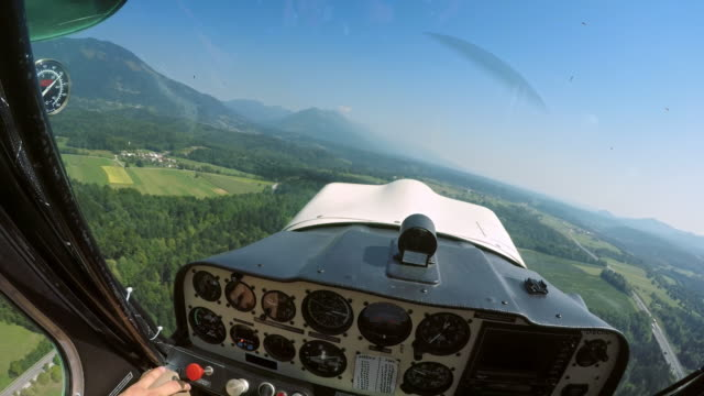 pov-piloten fliegen ein leichtflugzeug bei sonnenschein - segelflugzeug stock-videos und b-roll-filmmaterial