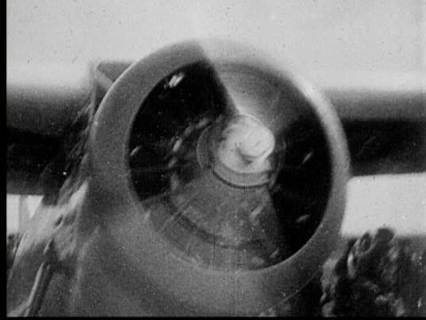 vidéos et rushes de b/w 1933 montage ms ws pan pilot jimmie mattern landing on airfield, then disembarking airplane and walking off airstrip with group of people, moscow, russia, audio - ex urss