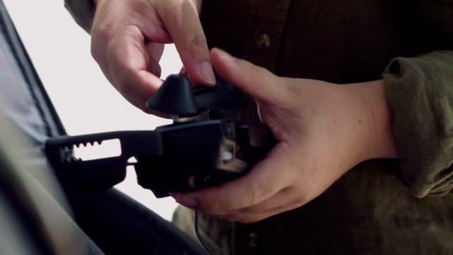 vídeos de stock, filmes e b-roll de piloto manter drone - sala de controle
