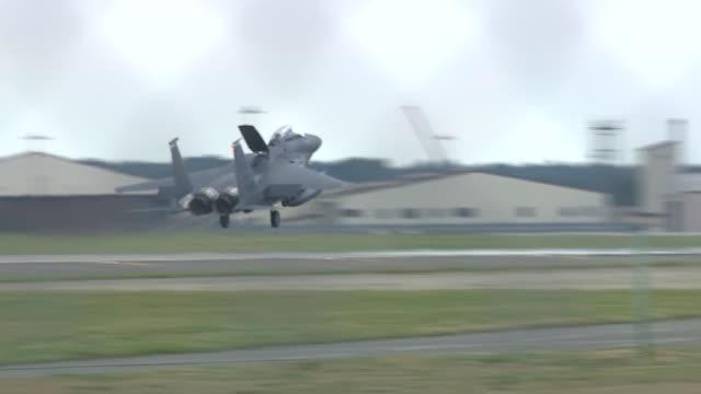 vidéos et rushes de pilot killed in united states air force f-15c fighter jet crash off yorkshire coast; england: ext f-15c fighter jet descending to land - avion de chasse