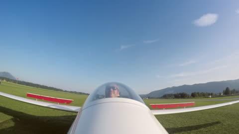 vídeos y material grabado en eventos de stock de ld piloto aterrizar su vuelo sol - perspectiva desde un avión