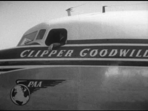 pilot looking out window of pan american airlines airplane at tempelhof airport vs engine starting propellers spinning refugees onboard waving from... - flugpassagier stock-videos und b-roll-filmmaterial