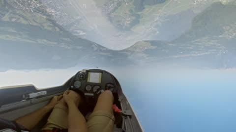 vidéos et rushes de cascades de pov pilote manoeuvrant le planeur dans l'air au soleil faire à l'envers - pilote