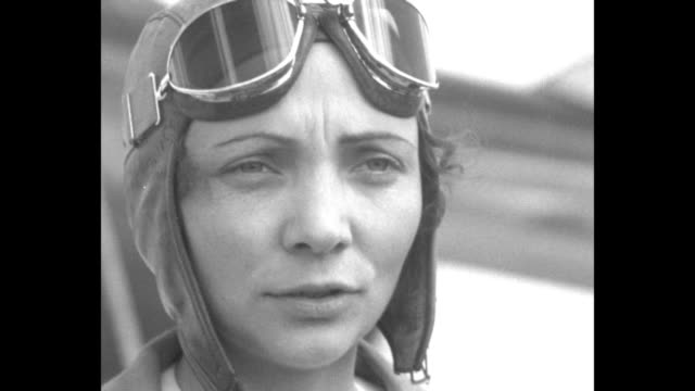 vídeos de stock e filmes b-roll de cu pilot mary mae haizlip wearing aviator hat and goggles talking about breaking speed record in wedellwilliams plane / ms haizlip with husband jimmy... - óculos protetores de aviador