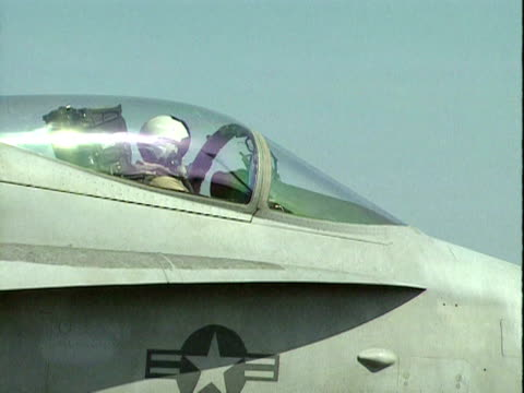 pilot of f 18 indicates that he is ready for take off from deck of uss george washington; 1998 - 米国海軍点の映像素材/bロール