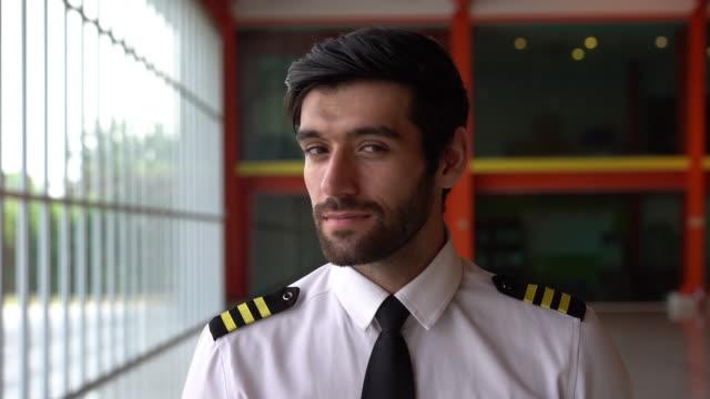 vidéos et rushes de le pilote sourit directement à la caméra. - pilot