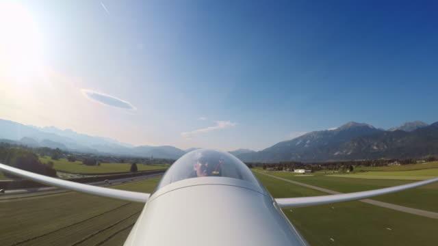 vídeos de stock e filmes b-roll de ld pilot taking off in a glider on a sunny day - ponto de vista de avião