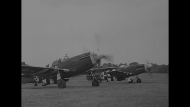 vídeos de stock, filmes e b-roll de pilot walks to fighter plane and enters cockpit / ground crew member assists pilot / republic p47 thunderbolt with engine starting up / two of the... - biruta