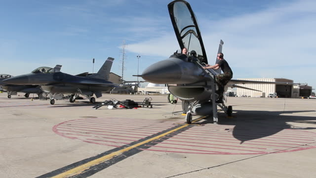 ws f-16 pilots and ground crew preparing for flight, aurora, colorado, usa - luftwaffe stock-videos und b-roll-filmmaterial
