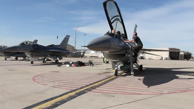 ws f-16 pilots and ground crew preparing for flight, aurora, colorado, usa - 空軍点の映像素材/bロール
