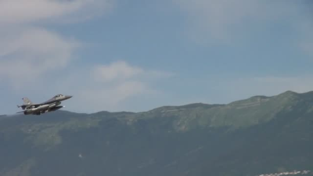 vídeos de stock, filmes e b-roll de pilots assigned to the 510th fighter squadron takeoff to nellis air force base nev for red flag june 13 from aviano air base italy red flag is a... - nellis air force base