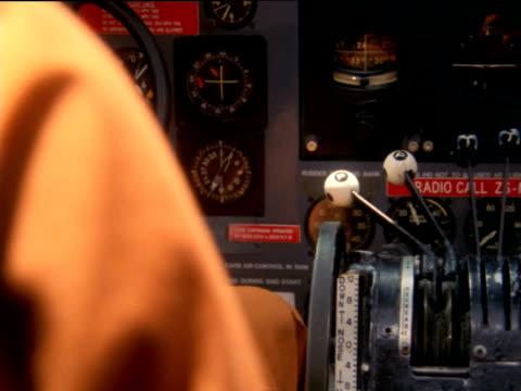 stockvideo's en b-roll-footage met pilot's hand pulling down lever in cockpit - pilot