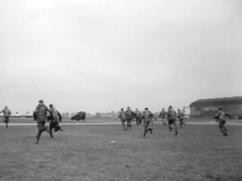 raf pilots run to their aircraft during an exercise to test britain's air defences 1952 - recreational pursuit stock videos & royalty-free footage