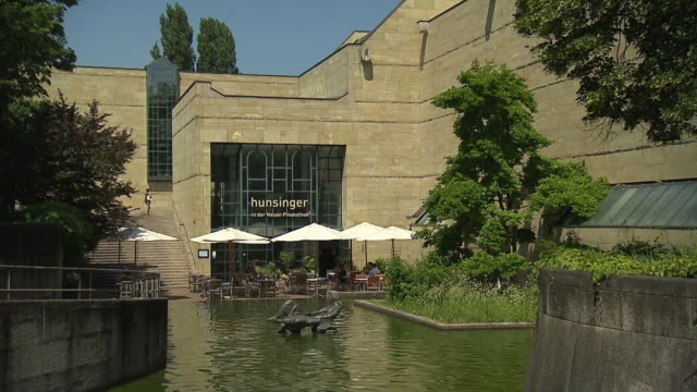 pinakothek der moderne, museum, architecture, people,  outdoor, fountain before cafe - cafe culture stock videos and b-roll footage