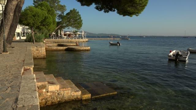 vídeos de stock e filmes b-roll de pine walk in puerto pollenca, majorca, balearic islands, spain, mediterranean, europe - cena de tranquilidade