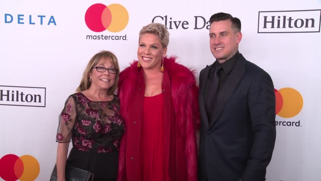 pink and carey hart at clive davis pre-grammy gala at sheraton times square on january 27, 2018 in new york city. - 歌手 ピンク点の映像素材/bロール