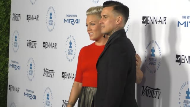 pink and carey hart at the autism speaks to los angeles celebrity chef gala at barker hangar on october 08, 2015 in los angeles, california. - 歌手 ピンク点の映像素材/bロール