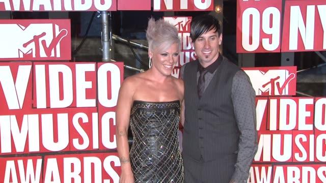 pink and corey hart at the 2009 mtv video music awards at new york ny. - 歌手 ピンク点の映像素材/bロール
