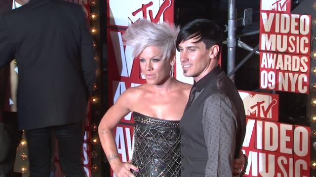 pink and guest at the 2009 mtv video music awards at new york ny. - 歌手 ピンク点の映像素材/bロール