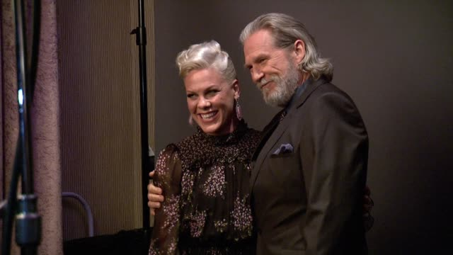 pink and jeff bridges at the 2nd annual unite4:humanity presented by alcatel onetouch on february 19, 2015 in beverly hills, california. - 歌手 ピンク点の映像素材/bロール
