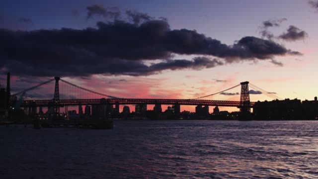 vídeos de stock, filmes e b-roll de pôr do sol-de-rosa e roxo para trás a ponte williamsburg - williamsburg new york